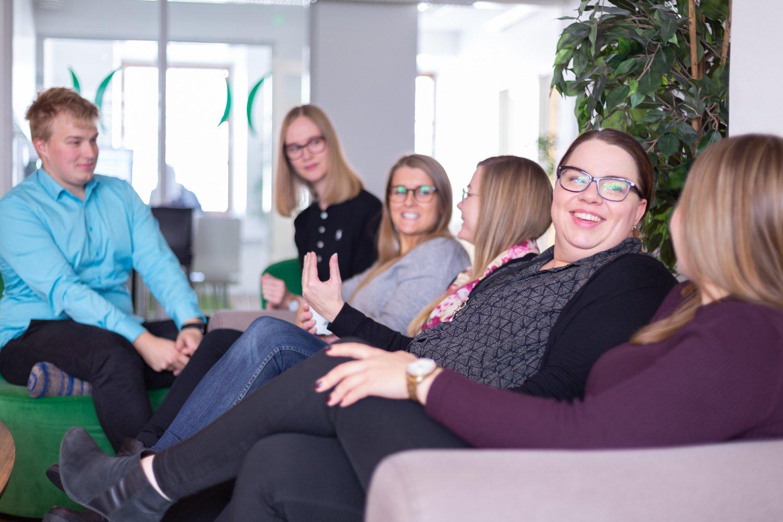 Kollegen bei Liana Technologies diskutieren gemeinsam
