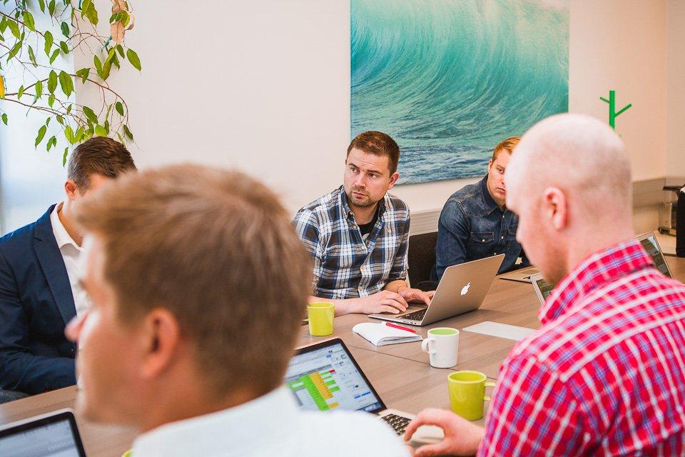 Team arbeitet mit Laptops