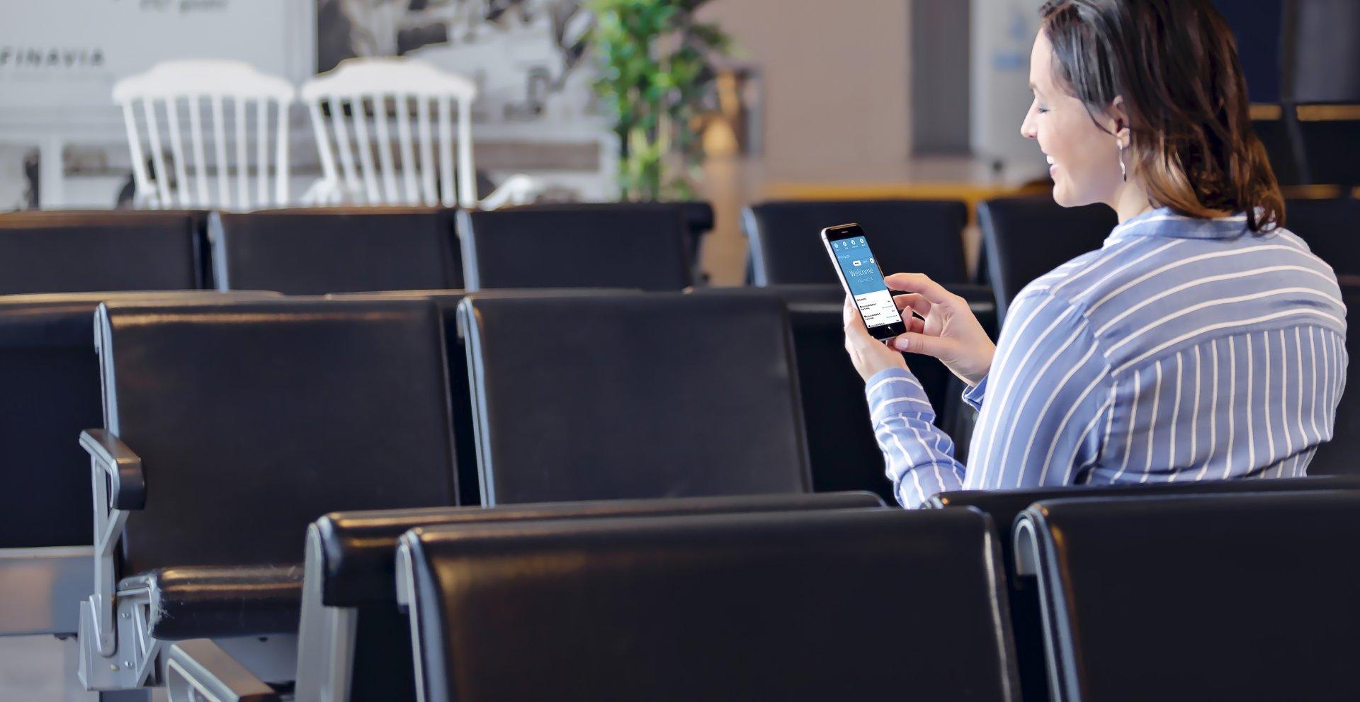 Geschäftsfrau, die am mobilen Gerät arbeitet