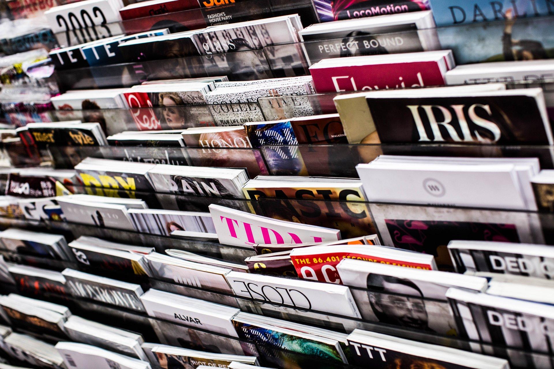 Zeitschriften auf einem Ständer